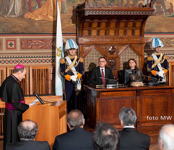 Mons. Turazzi elogia la povertà nella Repubblica delle banche