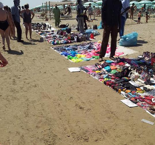 Non c'è crisi all'ipermercato degli abusivi sulla spiaggia di Rimini