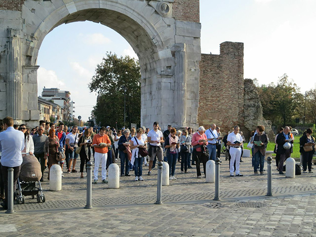 Sentinelle in piedi all'Arco d'Augusto
