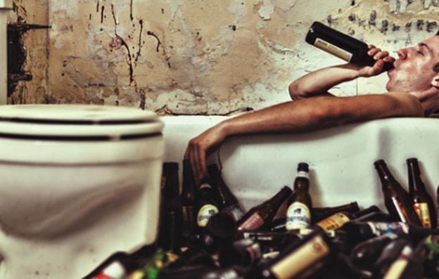 Giovani e alcol: il Comune stacca la spina. Tranne che dove si beve veramente
