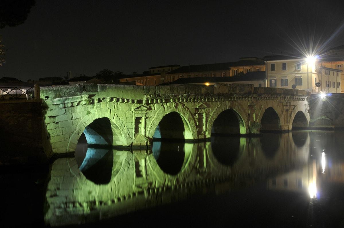 """I monumenti simbolo di Rimini: la seconda """"visita"""" tocca il ponte di Augusto e Tiberio"""