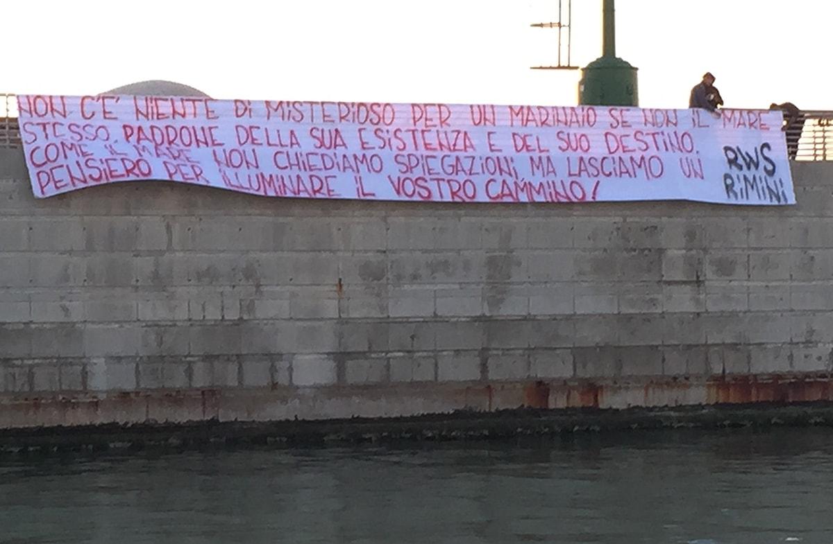 """Uno striscione al porto di Rimini sulla tragedia del """"DiPiù"""""""