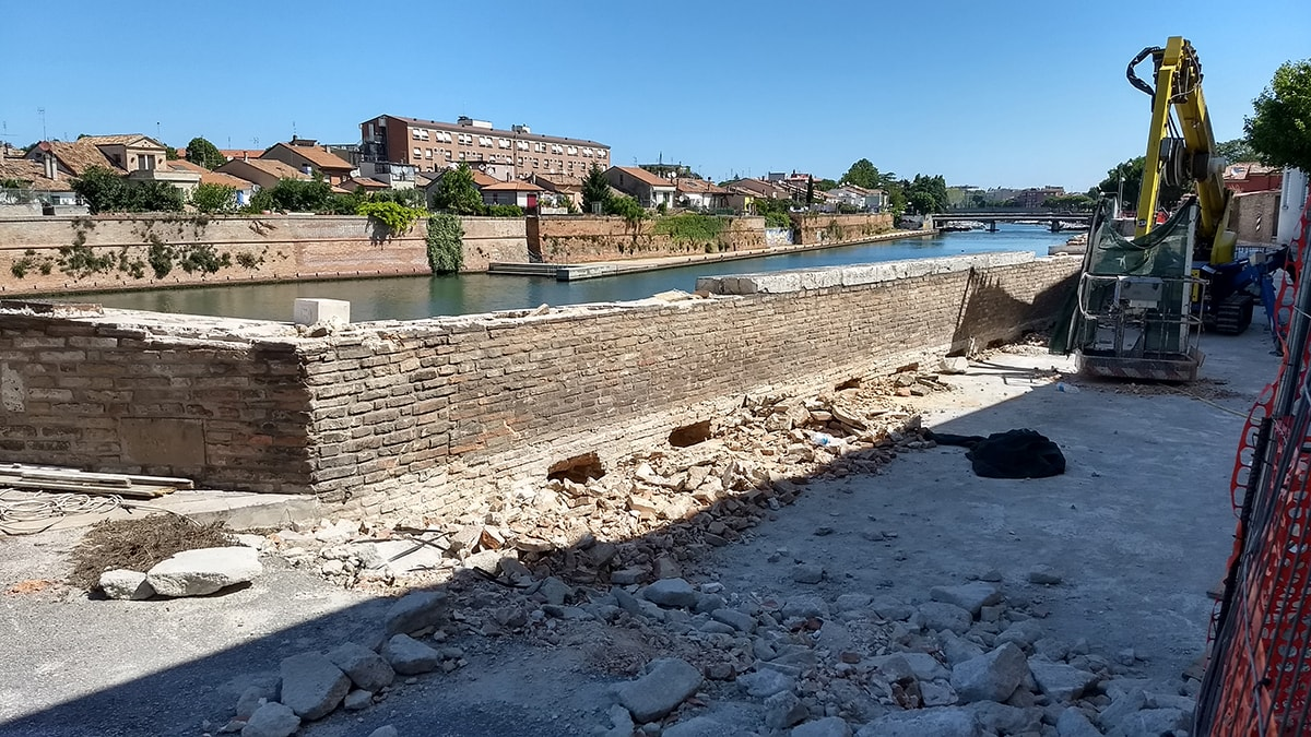 Il perito della Procura: le mura del ponte di Tiberio bucate con le passerelle sono «beni culturali»