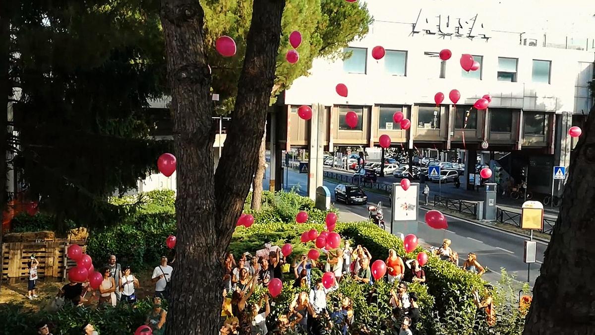 """""""Il cinema Astoria torni alla città"""": il flash mob dei palloncini rossi"""