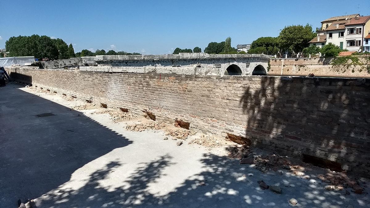 Per la Soprintendenza le mura bucate non sono malatestiane