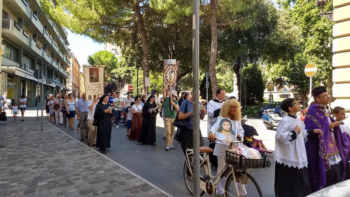 """Trecento persone alla processione in riparazione del gay pride: """"proclamiamo la fede di fronte all'errore"""""""