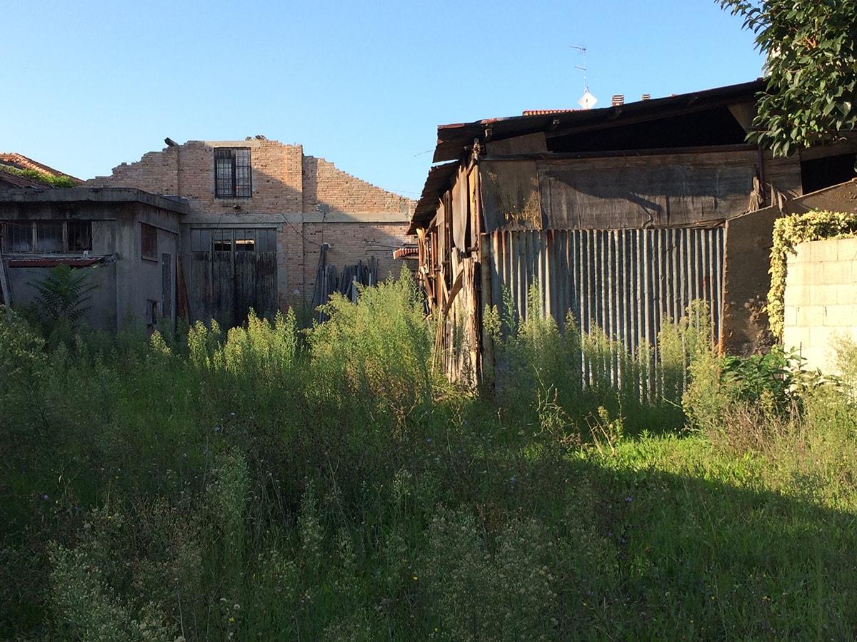 Via Montefeltro: l'ex falegnameria attende una nuova vita