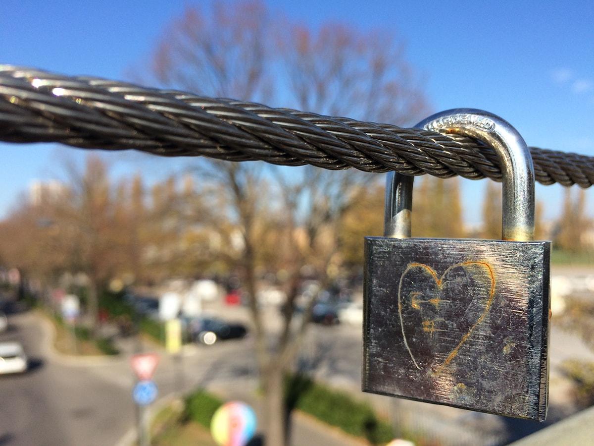 Sul ponte di Mordor spunta il primo lucchetto dell'amore: che fare?