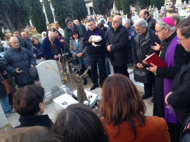 Lambiasi in preghiera sulle tombe di don Benzi e don Maioli