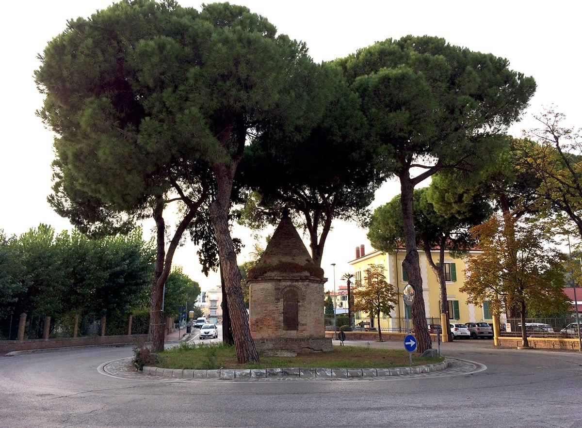 Se il cattivo esempio viene dall'alto: l'antica edicola di via Dario Campana
