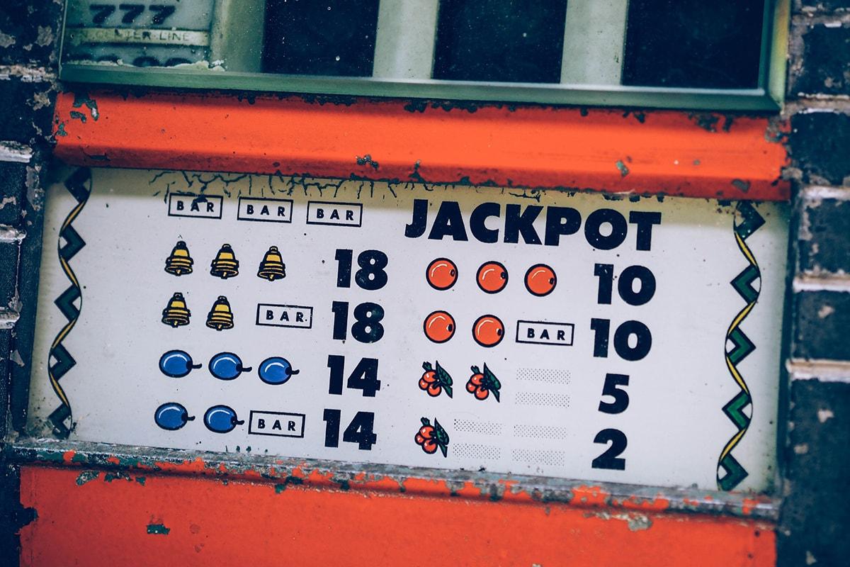 """Via il gioco d'azzardo dai luoghi sensibili. Ma che si fa per gli """"eventi alcolici"""", che incidono molto di più?"""