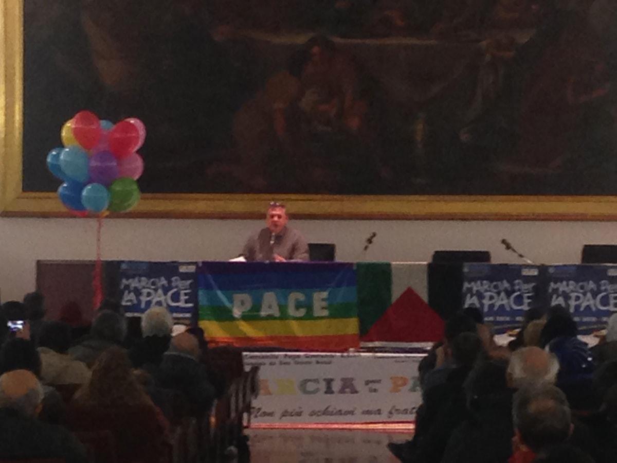 """Bandiera LGBT e stop alla religione: ecco il """"sogno"""" del neodirettore della Caritas"""