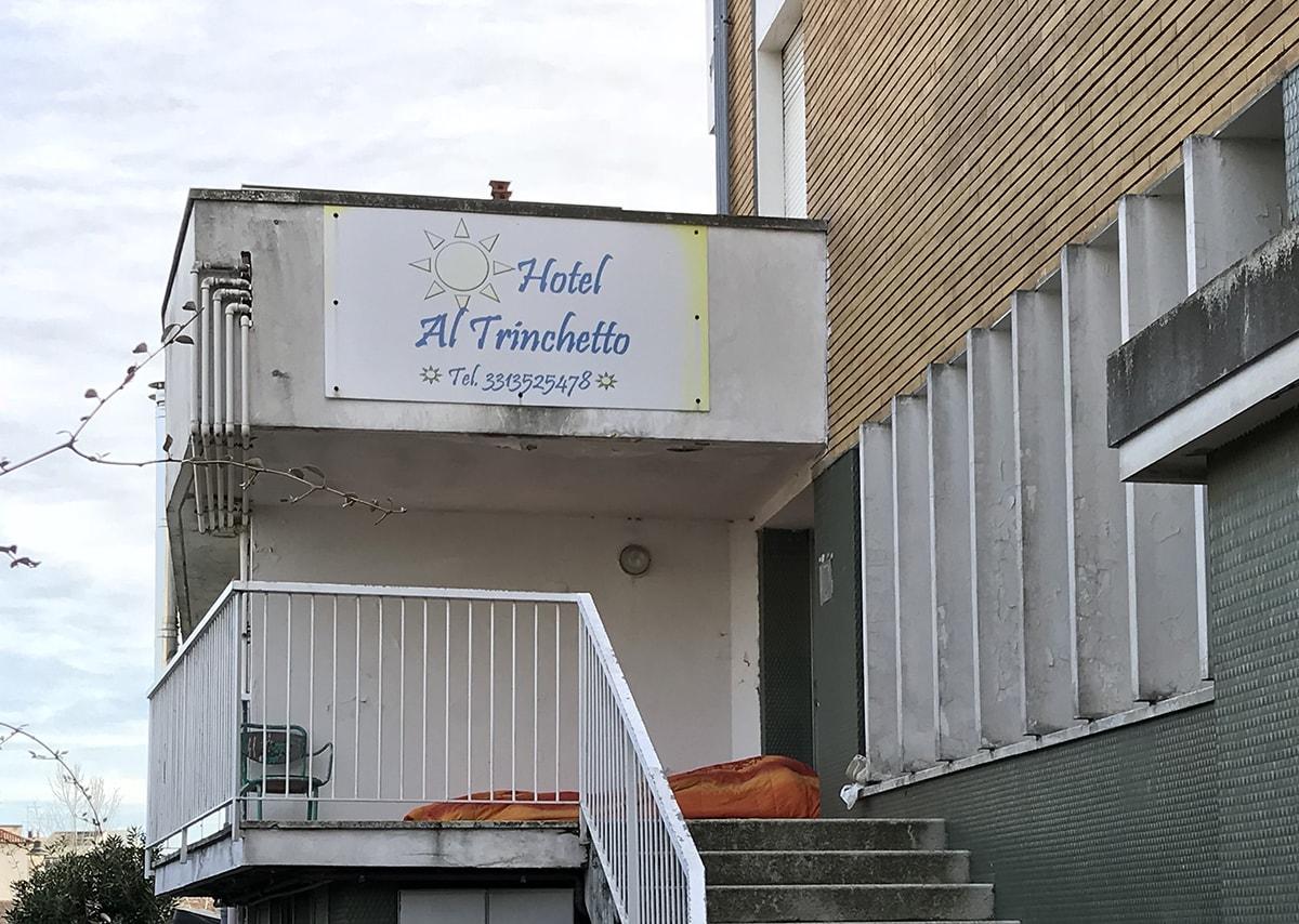 All'ex Trinchetto si dorme davanti all'ingresso