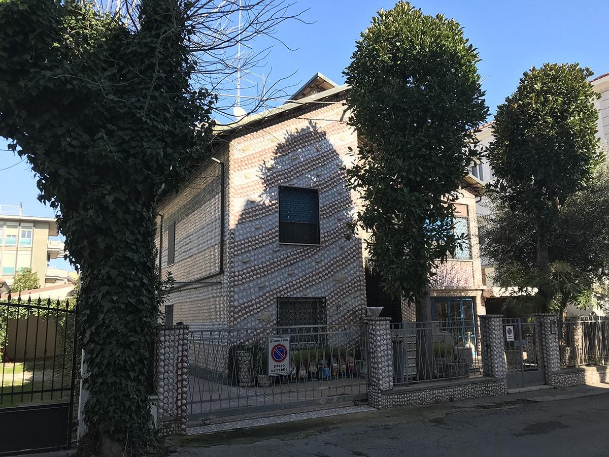 A San Giuliano la casa di Venere, ricoperta da oltre diecimila conchiglie
