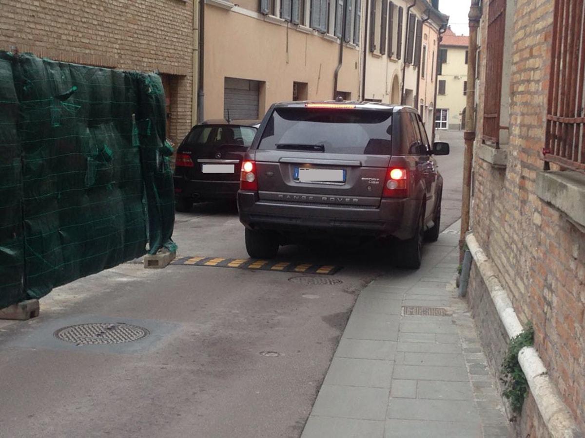 Disagi in via Ducale: pochi metri di spazio per far passare migliaia di veicoli al giorno