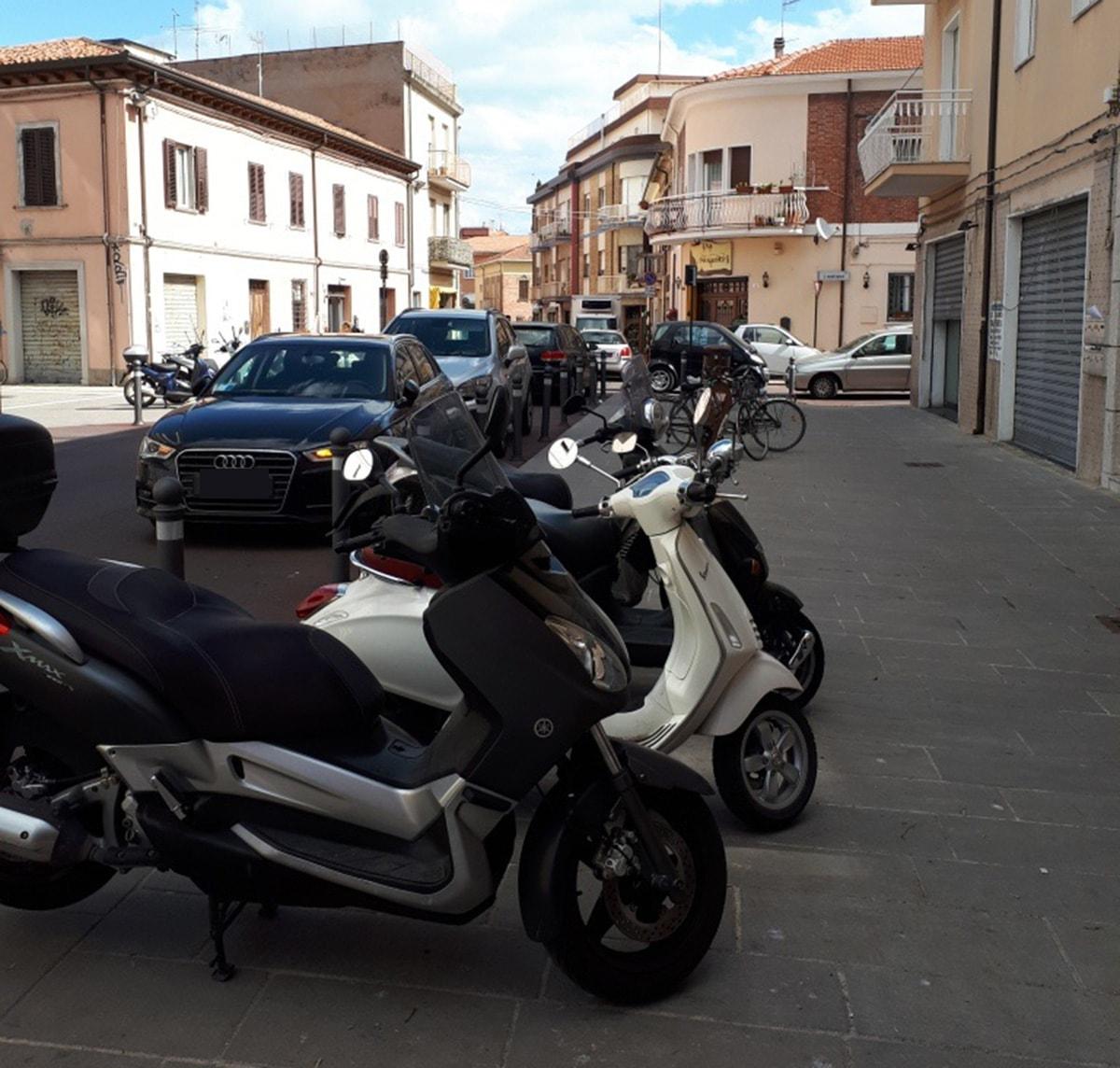 Piazzetta Agabiti, parcheggio selvaggio