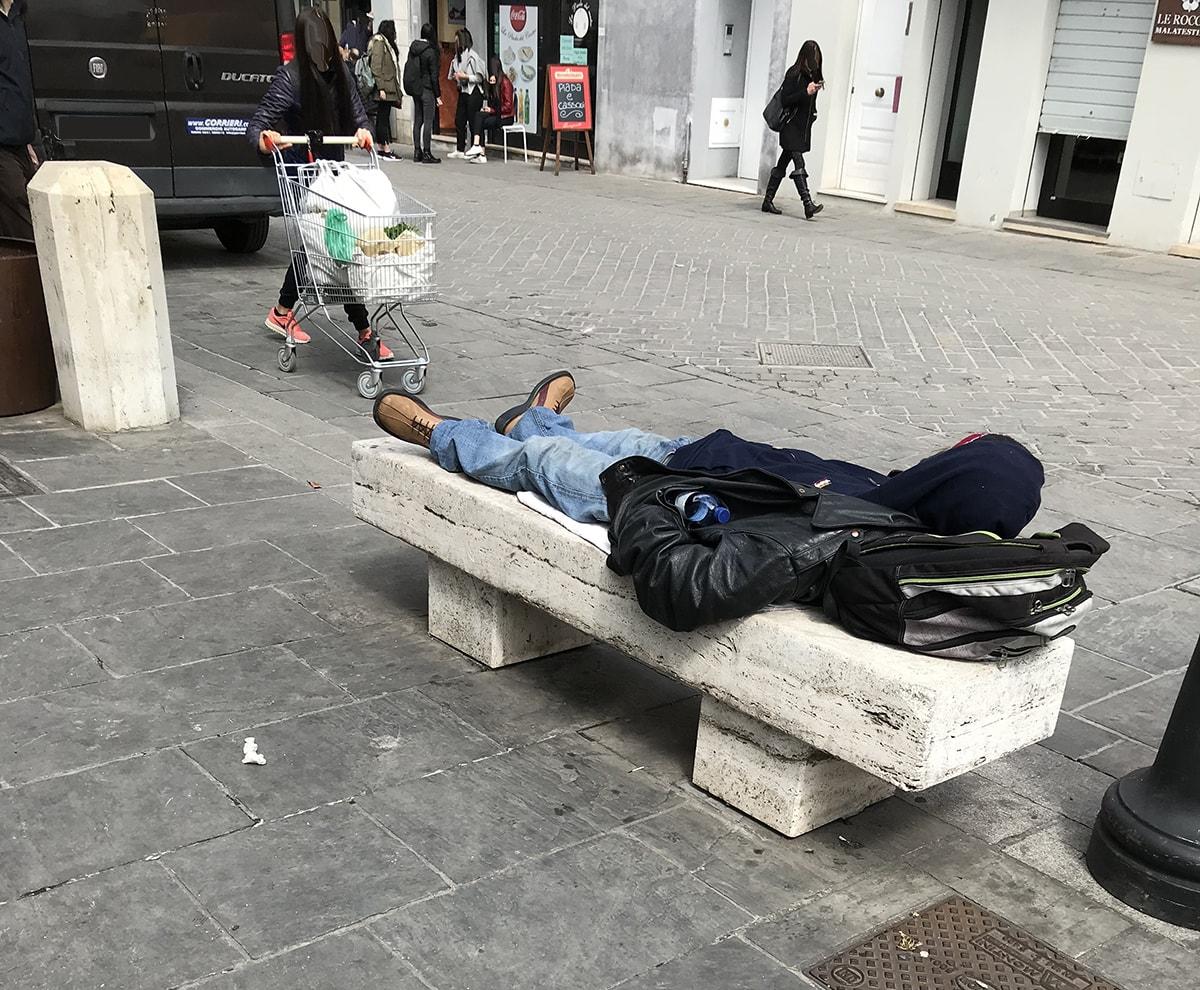 Senzatetto e ubriachi assediano il Mercato Coperto e le vie limitrofe