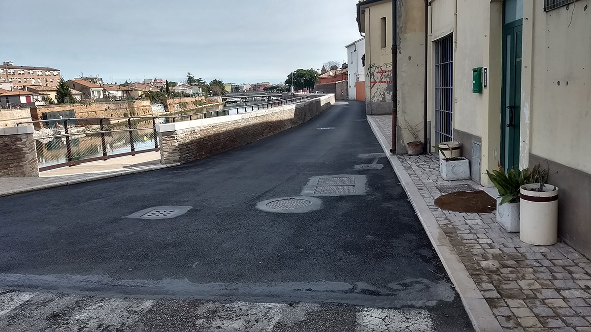 Clamoroso: il nero asfalto di Gnassi ricopre l'antico rivestimento lapideo dei Bastioni