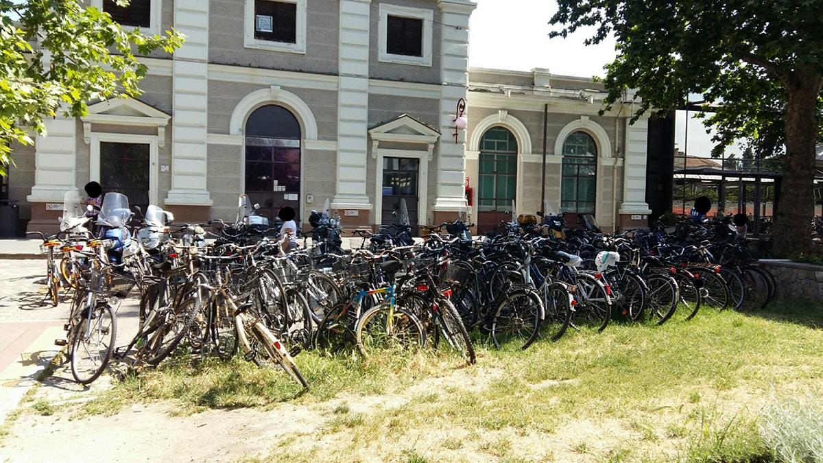 Quella selva di biciclette che invade la zona della stazione
