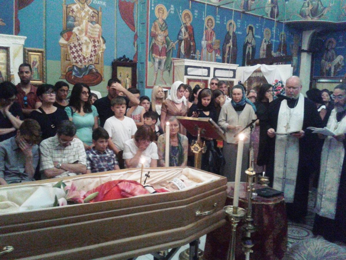 """In tanti per piangere la giovane """"prof"""" della Karis nell'ultimo saluto ecumenico"""