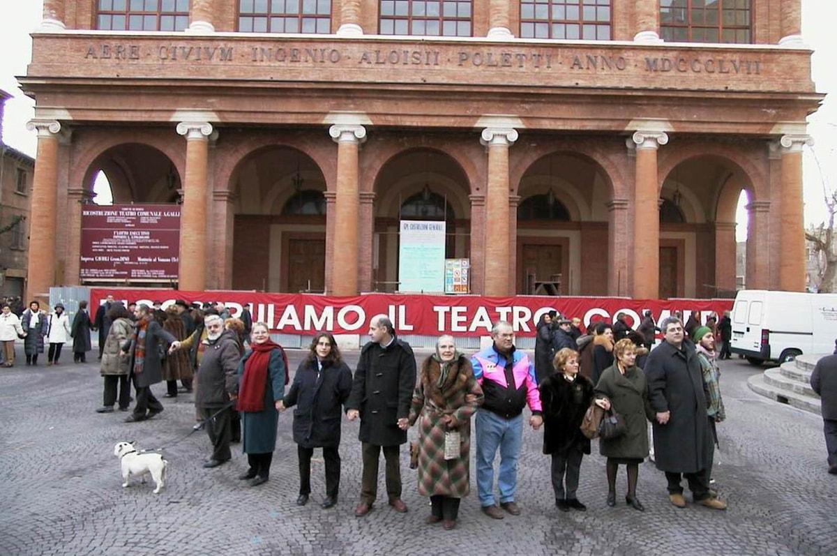 """A 18 anni dalla """"catena umana"""" per il Galli piazza Cavour diventa teatro dell'inaugurazione"""