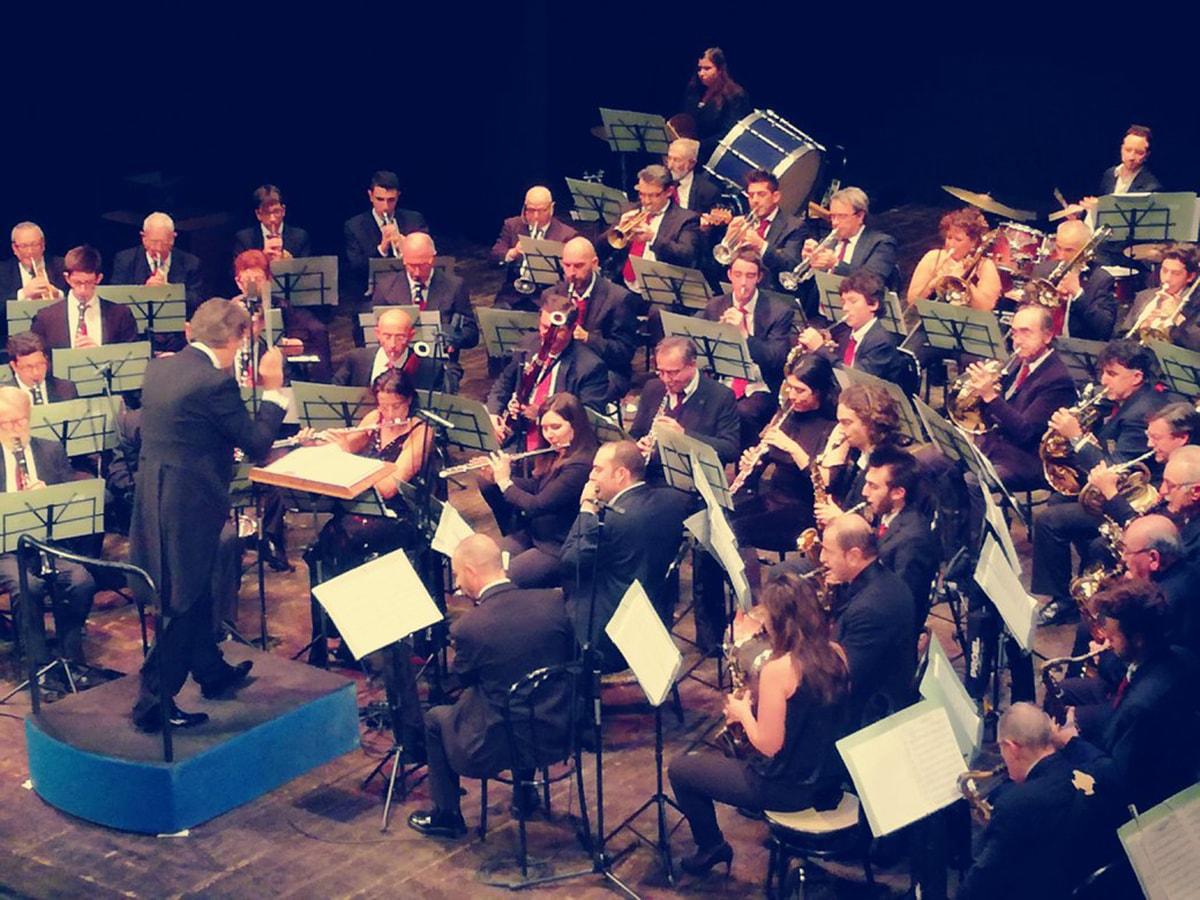 Lunga fila per i biglietti del concerto dell'Epifania al teatro Galli, ma in distribuzione ce ne sono solo 300