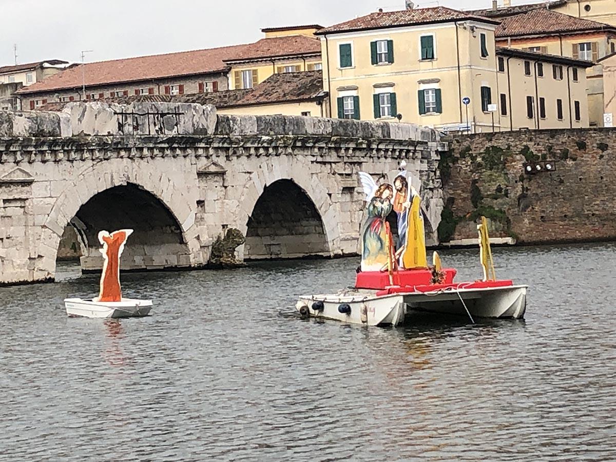 Il Natale più lungo del mondo: la sacra famiglia galleggia ancora nell'invaso del ponte di Tiberio