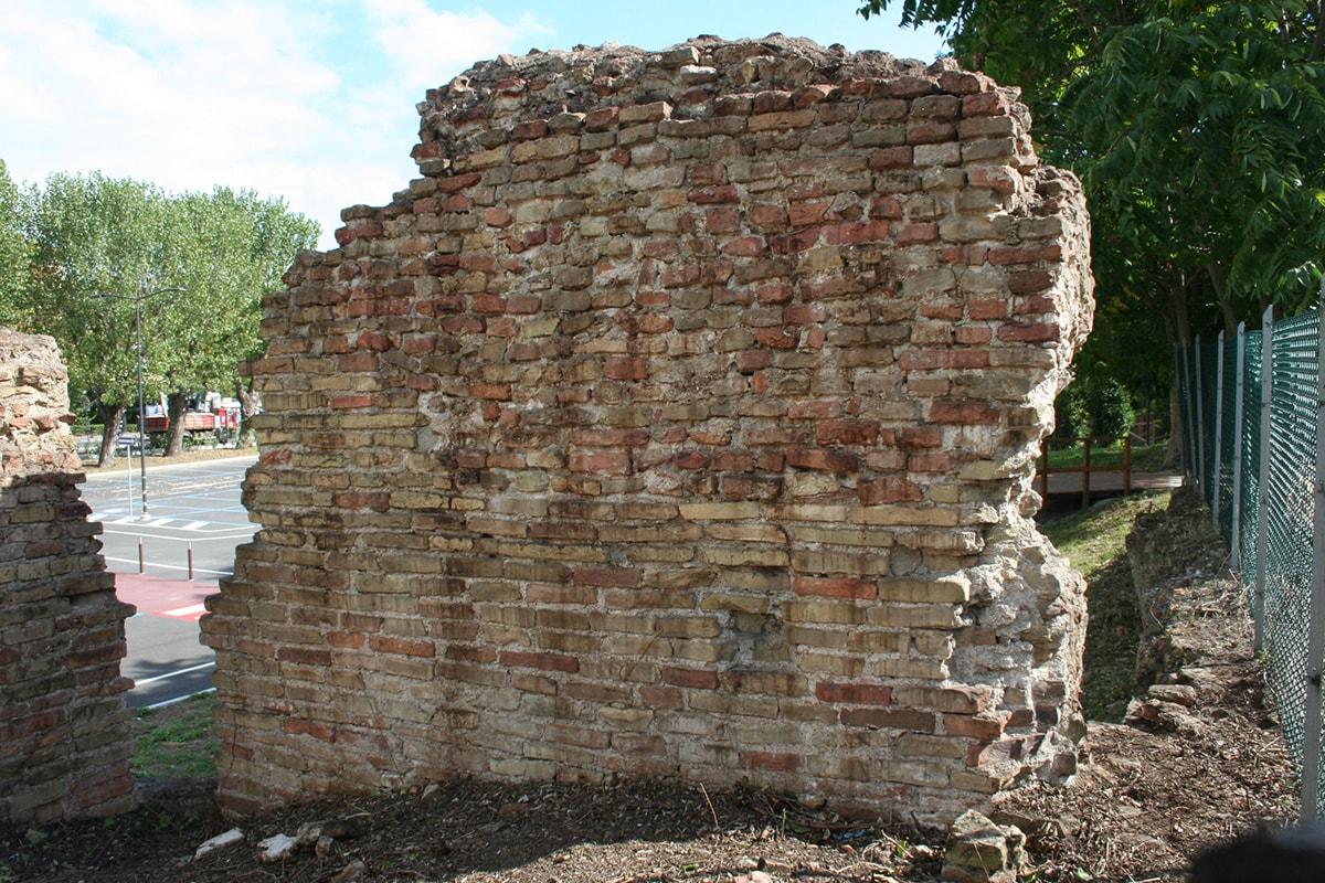 Alla riscoperta delle mura romane sconosciute a mare di Rimini tra via Settimia e via Roma