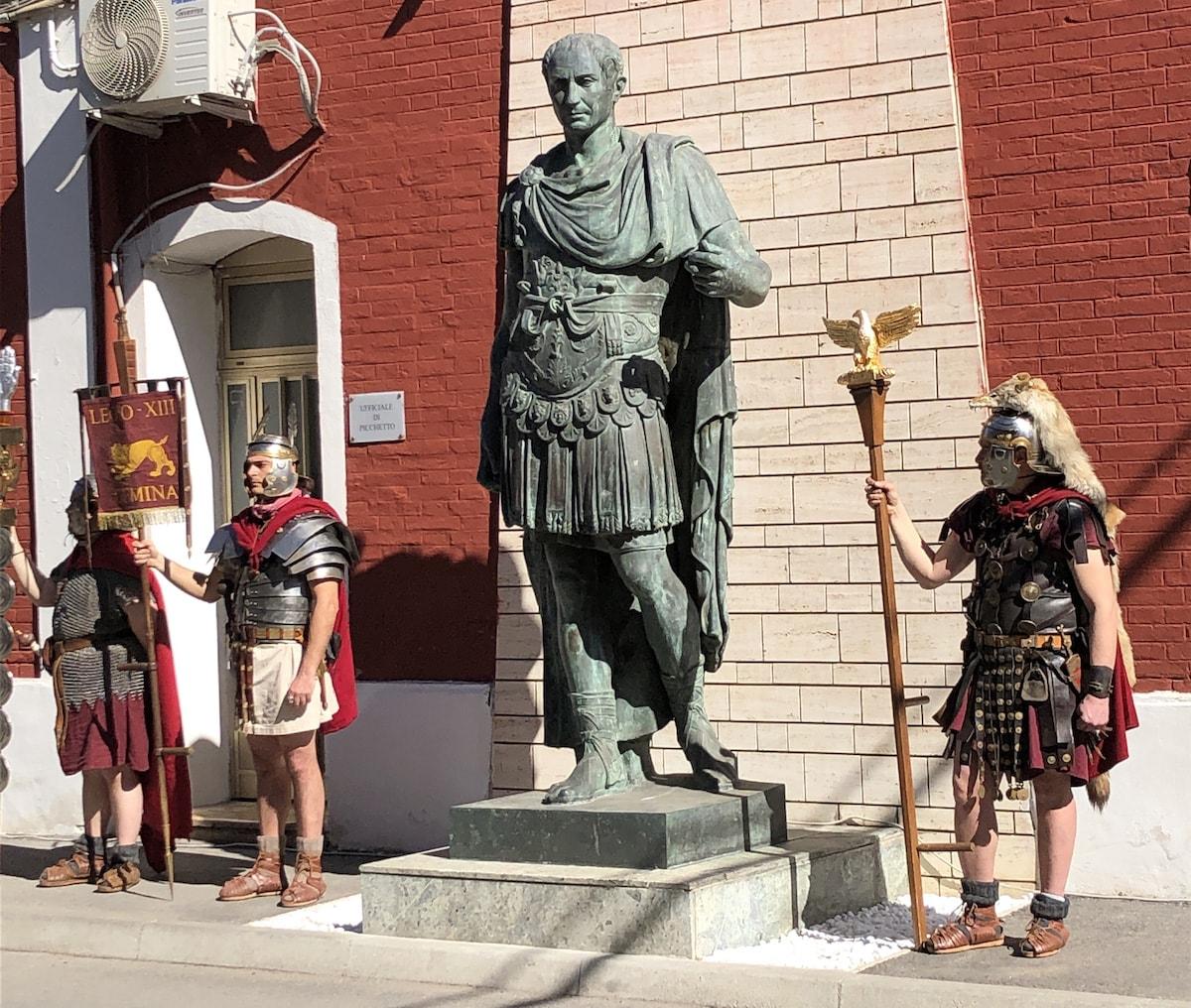 La storia della statua di Cesare, che dopo 74 anni potrebbe tornare in piazza Tre Martiri