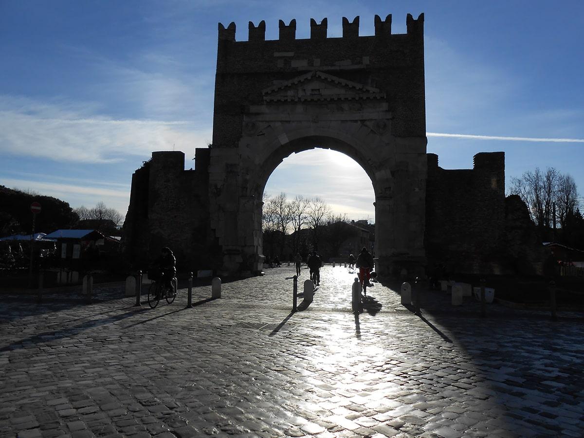 I monumenti di Rimini come non li avete mai osservati: si parte con lo Stargate di Augusto