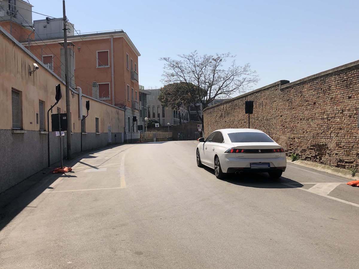 La stretta via del Maccolini a doppio senso di marcia e senza segnaletica