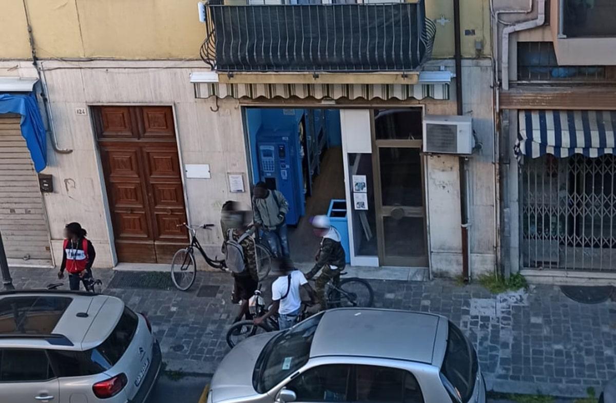 Quando a Rimini nessuno poteva uscire di casa a Borgo Marina apriva il ritrovo degli extracomunitari