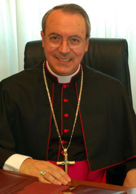 Saluti da Lambiasi: il vescovo boccia cartoline, eventi da sballo e turismo