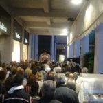 La pioggia ha costretto i presenti ieri sera in piazza Tre Martiri a stringersi sotto al porticato