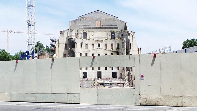 """Teatro Galli, aperta la finestra sul muro che i fanatici """"com'eristi"""" non volevano (far) vedere"""