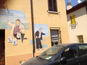 """Sopra il 38 di Via Marecchia, nel Borgo san Giuliano, il """"murales"""" che raffigura Benigni e Villaggio (e non Fellini)"""