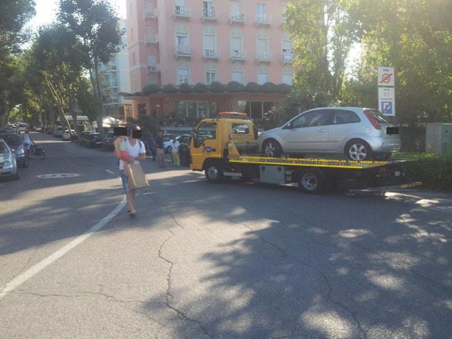 Strage di auto in sosta per liberare l'area Summer Pride