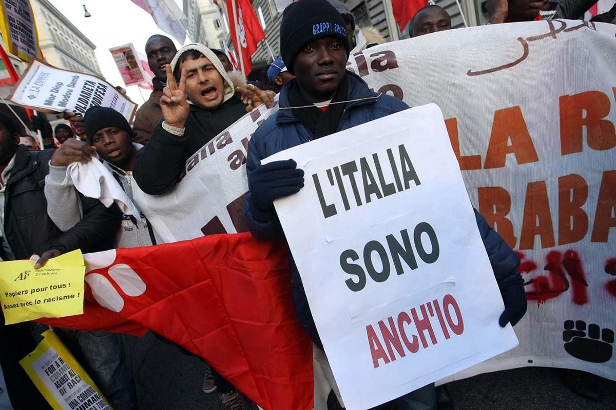 Poveri immigrati: quelli di Rimini mandano a casa loro 40 mln di euro l'anno