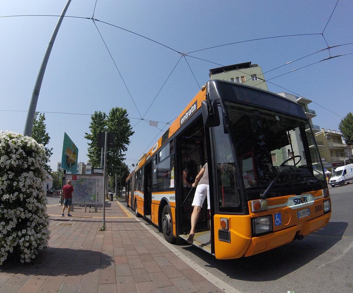 """""""Multate e minacciate sul bus"""": chi sanziona Start per comportamento """"anti turistico""""?"""