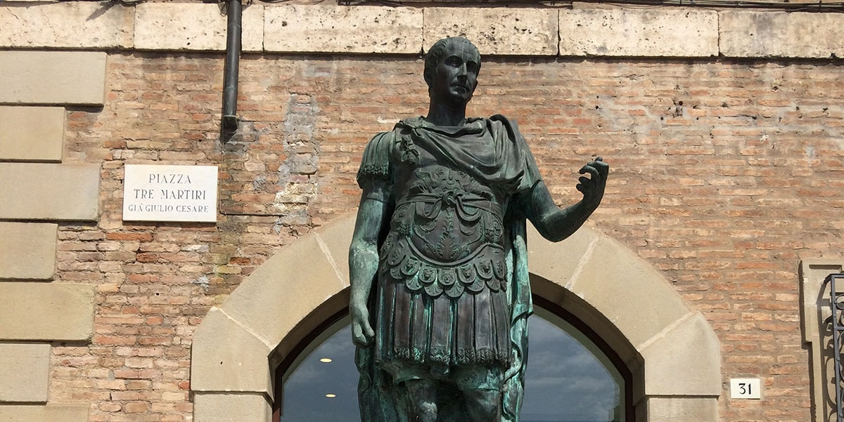 La statua di Giulio Cesare: storia di una damnatio memoriae