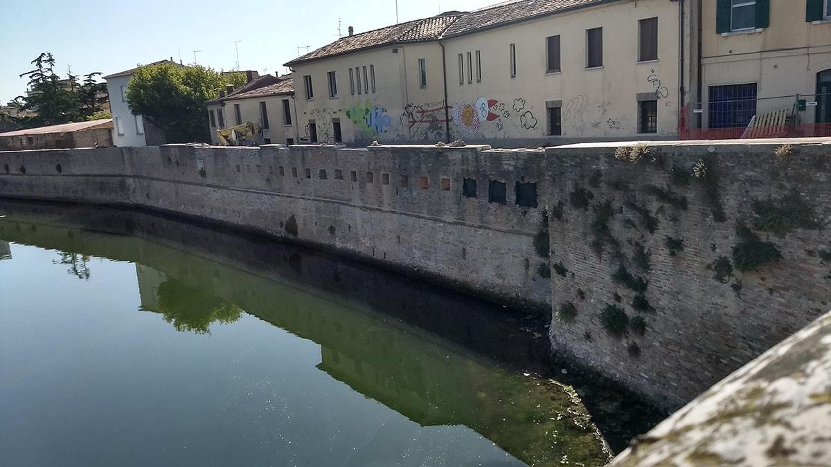 """""""Quale relazione tra ponte di Tiberio, mura e pontile in legno da Acqualand?"""""""