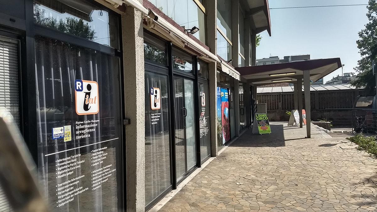 Se questa è accoglienza turistica: lo squallido Iat alla stazione di Rimini
