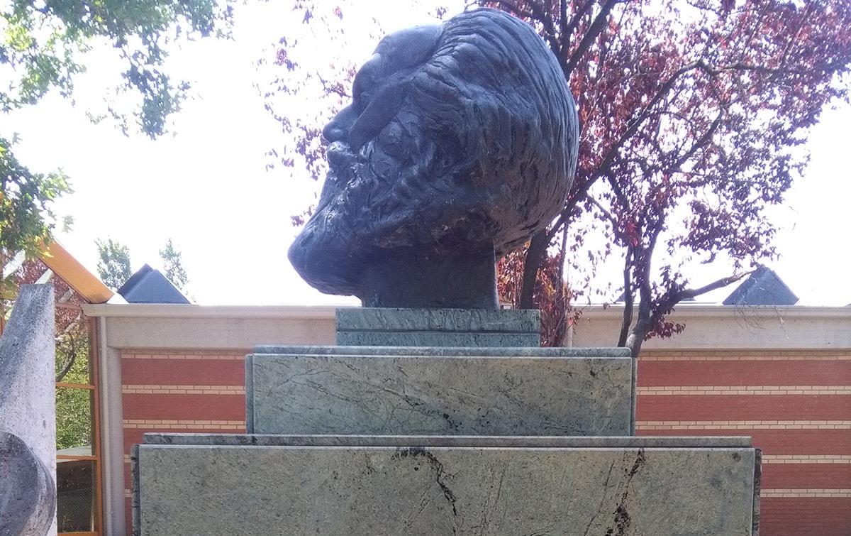 Hanno lordato la statua di Marx. E ora, è ora di spostarla
