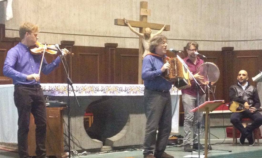 Inatteso spettacolo a Gabicce: il prete dal piglio rocchettaro e il mago della musica popolare italiana