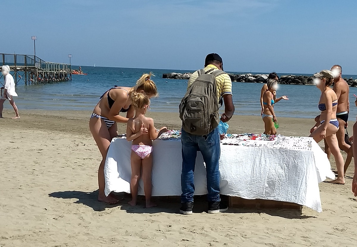 Gnassi ha azzerato gli abusivi? Ecco quanti ne abbiamo contati ieri in spiaggia