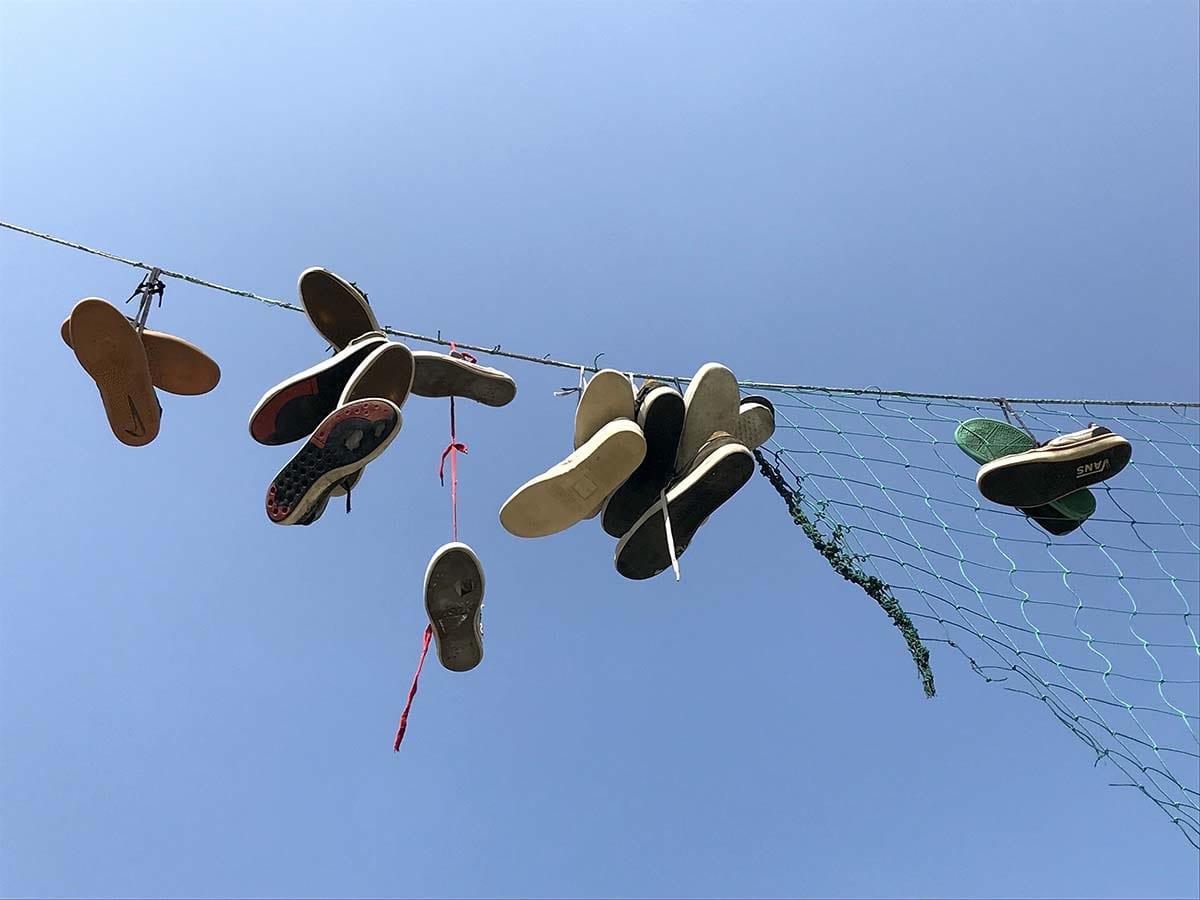 """Il fenomeno delle """"scarpe volanti"""" è arrivato a Rimini"""