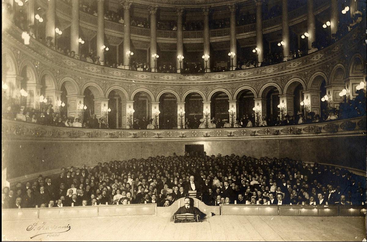 Ci risiamo: anche sul teatro Galli palazzo Garampi sbianchetta il passato