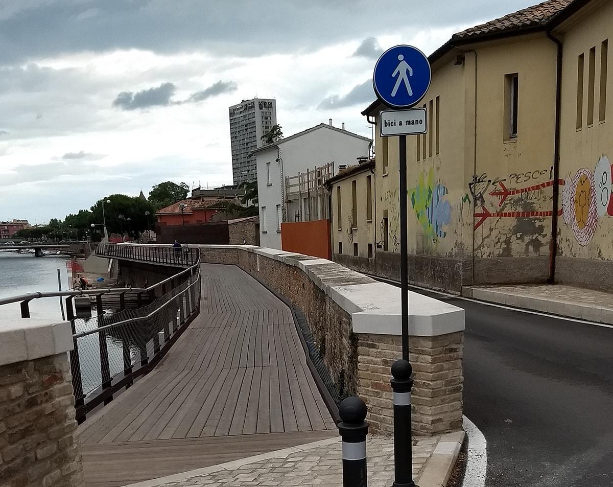 Via vai di bici sulla passerella e il Comune corre ai ripari