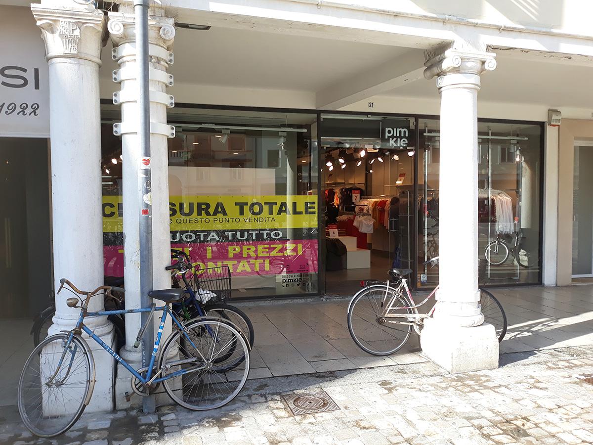 Un altro negozio chiude i battenti nel centro storico