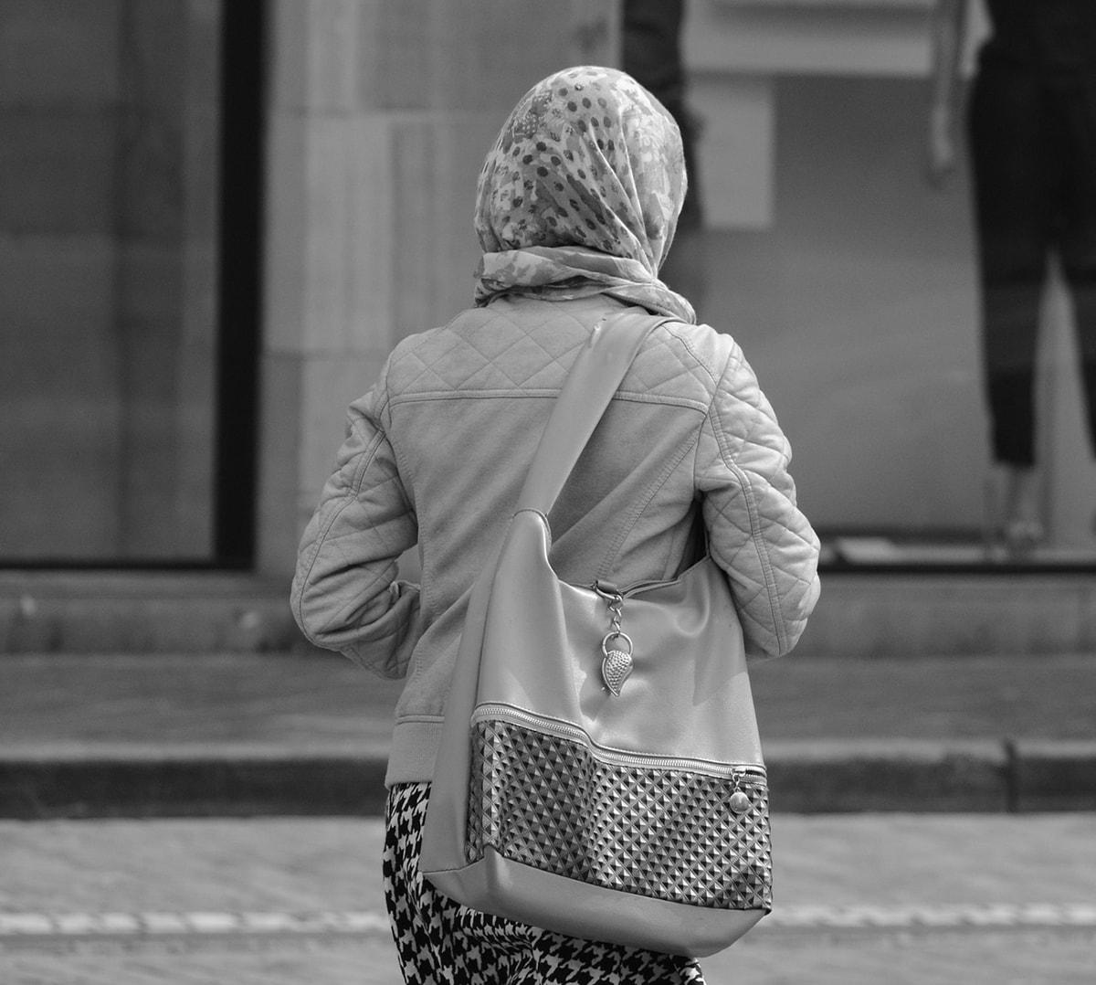 """""""Se esci con mia figlia ti sgozzo"""": musulmano minaccia 14enne"""